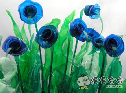网友用废弃塑料瓶做的蓝玫瑰