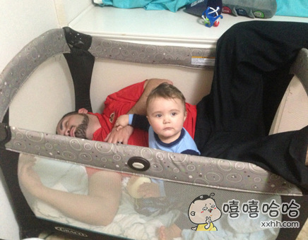 小宝宝把大宝宝哄睡下了呢~~