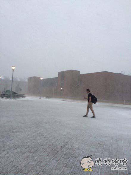 外网上一个正在往学校走的年轻人…………他不冷吗