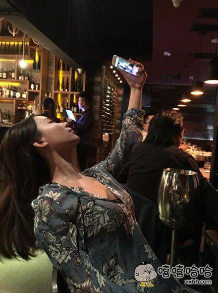 一个吃着吃着饭突然掏出手机自拍的女网红