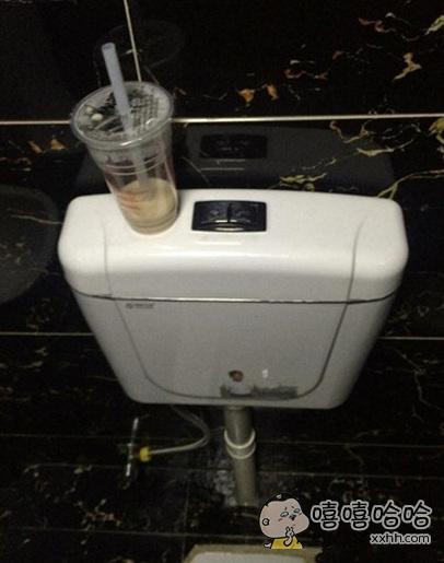 谁在卫生间喝奶茶啊,真尼玛醉了
