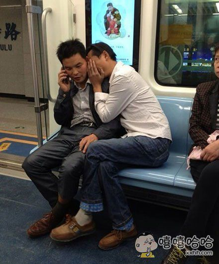 坐个地铁至于羞成这个样子吗