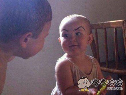 小朋友这眉毛是爸爸画的吧!