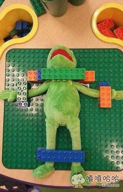 儿童玩具区发现的一幕。。。简直不能再丧病了
