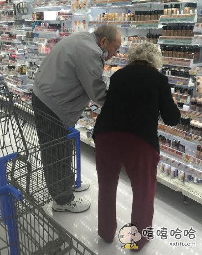一个爷爷陪着老伴儿挑选适合她肤色的化妆品,奶奶如少女般纠结,爷爷耐心的帮她参考,年老而爱不老的温馨浪漫典范