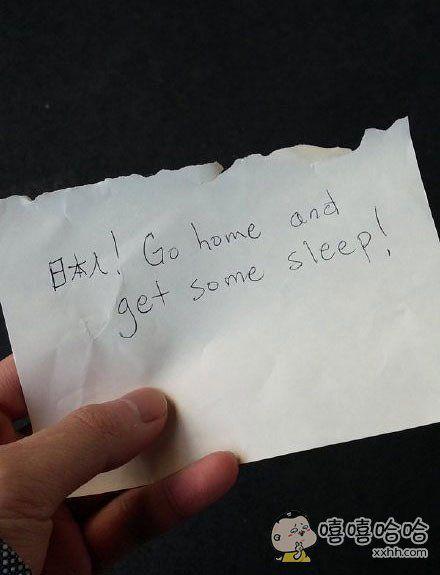 岛国一哥们在电车上爆睡,醒来后发现包上有张字条,脑补睡着后的各种姿态后,瞬间尴尬症犯了心跳都要停止了。