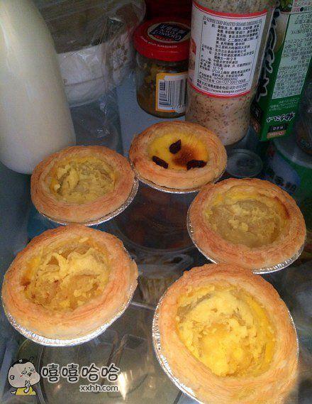 一打开冰箱我就懵逼了…我妈把蛋挞吃成这样叫我还怎么吃????给里头搁点葱花就着吃吗????????