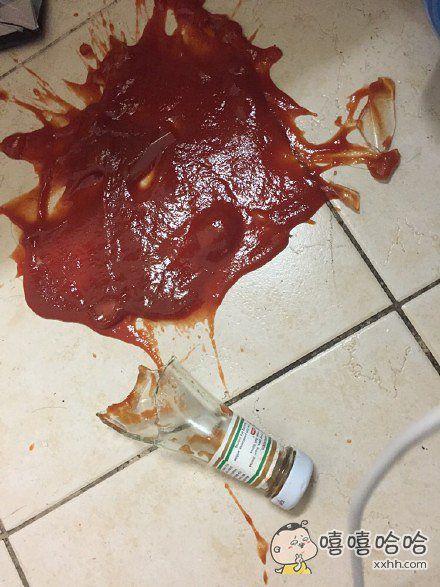 番茄酱瓶子摔碎了…好像凶案现场
