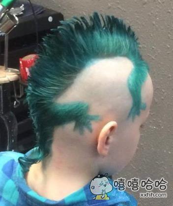 小子的发型不错,还是绿色的!