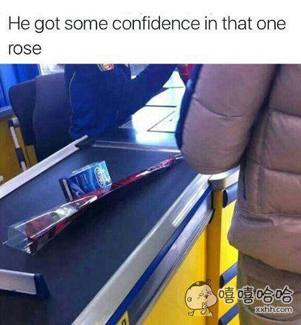 超市里的一幕:看来,小伙子对那支玫瑰很有信心