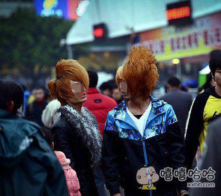 """春运中打扮""""时尚""""的两个年轻人,那浓浓的贵族气质瞬间点亮拥挤嘈杂的火车站。"""