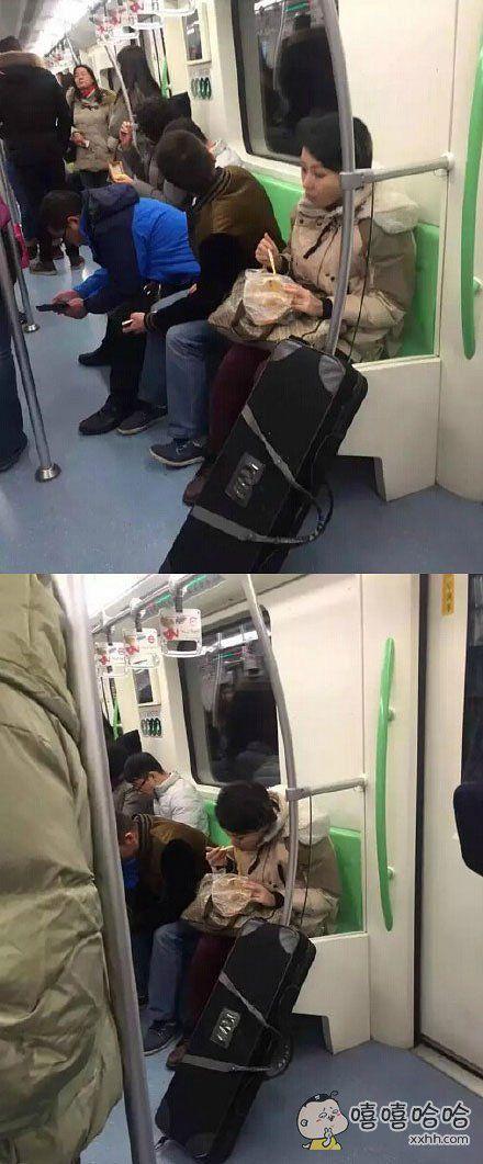 上海地铁鸡爪女改吃麻辣烫了!下次要吃火锅吗?