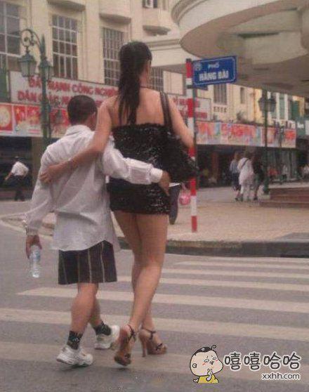 好心的阿姨领小朋友过马路