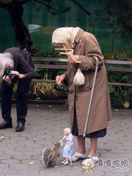 老奶奶提线人偶,为小松鼠喂食