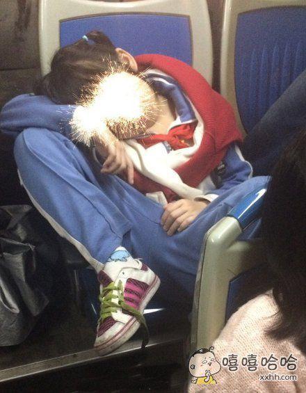 公交车上一个倒霉孩子的销魂睡姿