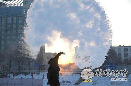 哈尔滨到底有多冷?一位市民向空中泼洒热水,泼出的水立刻凝成冰凌,在眼光的照射下,是不是颇有美感?你们那里冻成狗了吗?