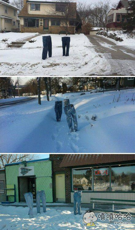 大雪降温之后,一哥们把牛仔裤用水浸湿之后,在室外冻住,然后摆在院子里,人行道边,咖啡店前。。。