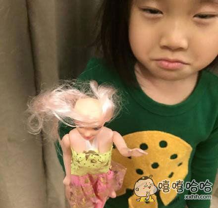 爸爸给女儿买的芭比娃娃,但好像并不喜欢。。。