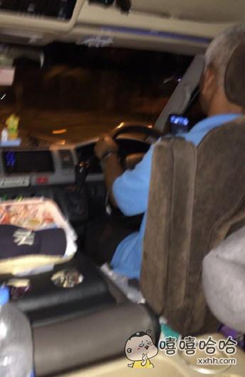 见识到泰国的司机6在哪了。闯红灯什么的不算啥,我们的老司机边开车边玩手机