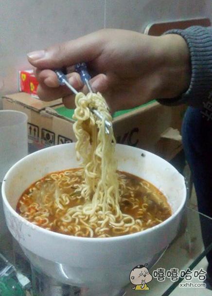 二逼舍友把筷子全抢走了,只能自己想办法了~
