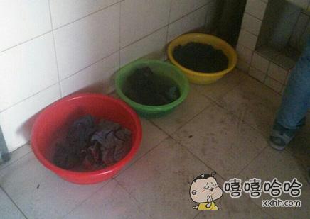 刚刚在洗漱间看到了三个盆,忍不住偷偷地把黄盆和绿盆换了个位置。