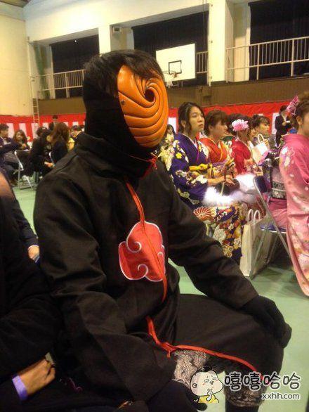日本某成人式现场,不知道在场的是不是都要中幻术了。。