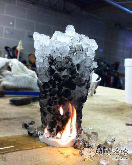 将一个装着冰块的泡沫塑料杯点着了火