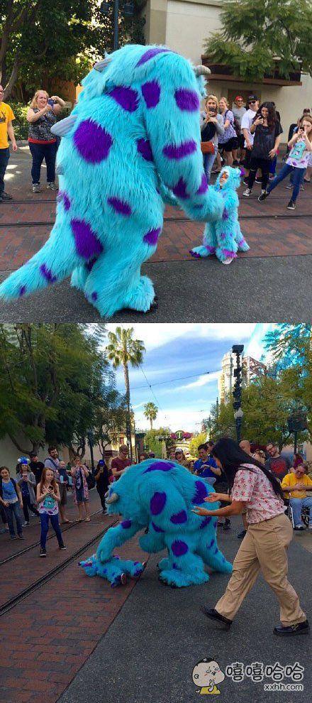 """美国游乐园里,小萌娃打扮成钟爱的怪兽公司""""萨利"""",正玩得高兴,巨大的萨利本人突然出现在面前。。。萌娃兴奋过度瘫倒在地"""