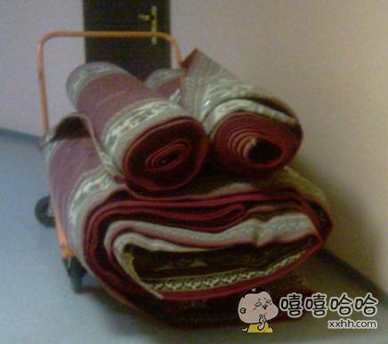 这些被卷起来的地毯好像不太开心。。。