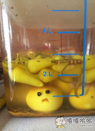 一网友说他家的鸡蛋被青椒泡好像不是很开心