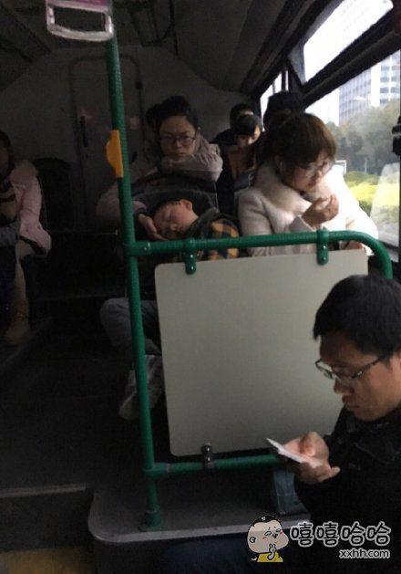 下班公交车上看到这一幕,突然好想妈妈