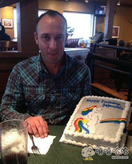 送给喜欢彩虹小马的小伙伴的生日蛋糕,他好像很高兴呢