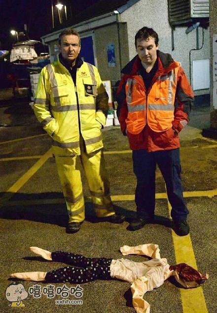 一名垂钓者报告说,在英国某海岸的北部水域,有人落水,正在水中漂浮。救援小组动员了近40个人赶去救援,还出动直升机。超过90分钟的海空联合大搜寻之后,他们发现救起的竟是一个充气娃娃,但救援人员还是很开心,因为溺水的不是人。