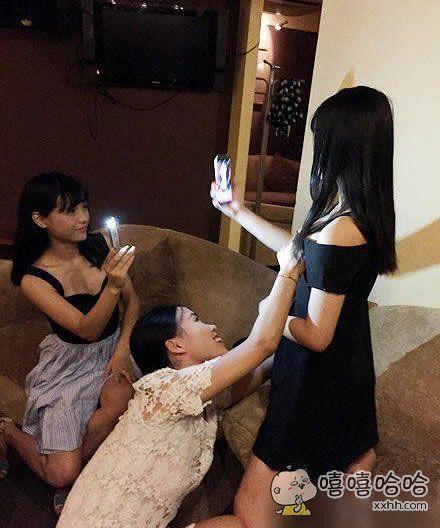 妹子们到底是在拍照还是在拍戏。
