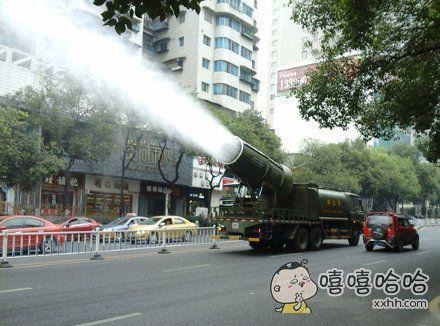 导弹抑尘车,路边看到的,很高大上有没有?