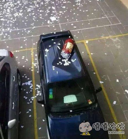 高考前撒纸,但一时的激动把人家车砸了