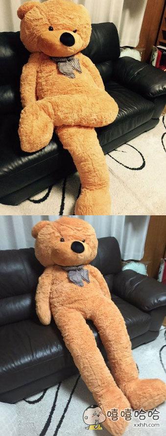 日本一个网友,网上看到一个大泰迪熊,很开心的买了,货送到之后才发现腿居然长的可怕。。最后只能二郎腿放在沙发上