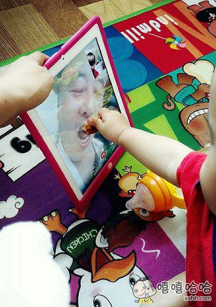 孩子真孝顺,视频都不忘喂他爷吃饼干。