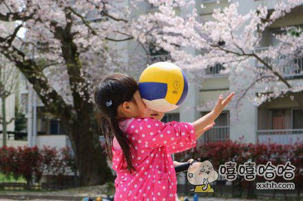 """岛国一位麻麻新买了个单反,拍出了这第一张满意的照片,题为""""女儿打排球""""……亲情的小火苗啊,说灭就灭"""