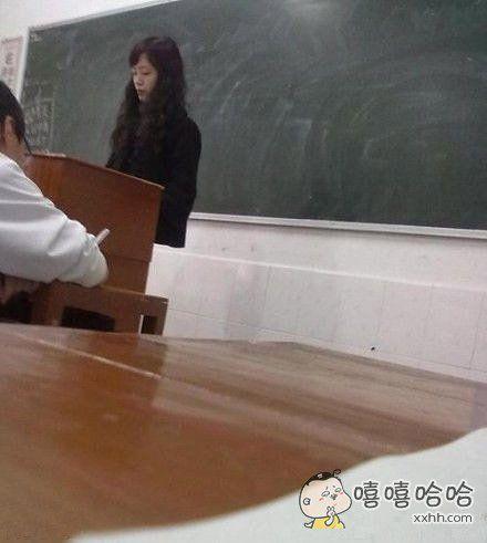 看到这一幕时吓尿了,老师你肿么了?怎么只有上半身了?。