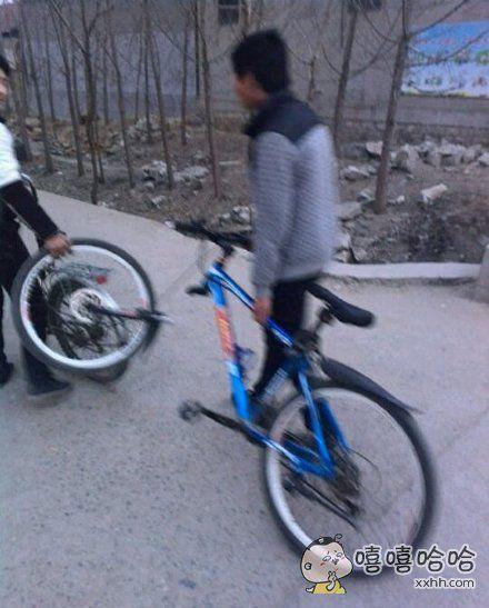两个二货把自行车给糟蹋成这样了