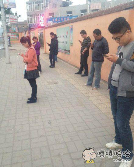 路边上的手机党