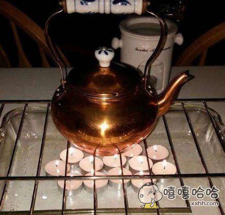 家里停电了,用蜡烛烧点热水喝