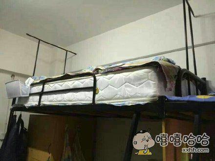我的室友嫌床板硬,买了个席梦思。昨天晚上,他从床上滚下来了。。。不说了,我要去医院看他了。。。
