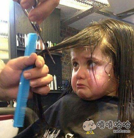 一位爸爸晒女儿在剪发时悲痛欲生的表情