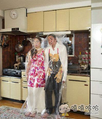日本东京一摄影师Hal拍摄的这系列密封情侣照,光看看我都感觉快要窒息了。。。。。