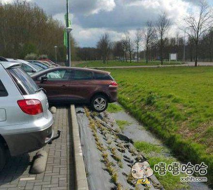 绝对是女司机停的。。。