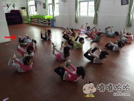 朋友的孩子因为太胖了,为了减肥给他报了个舞蹈班,这个动作太难为他啦
