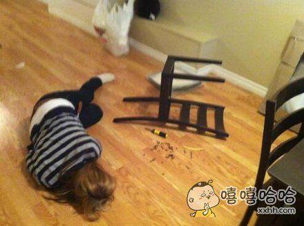 一个女宝宝自己动手组装好了一把从宜家买来的椅子。