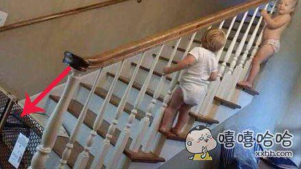 买个宝宝防护门吧,这样孩子们就不会爬上楼梯受伤了。。。